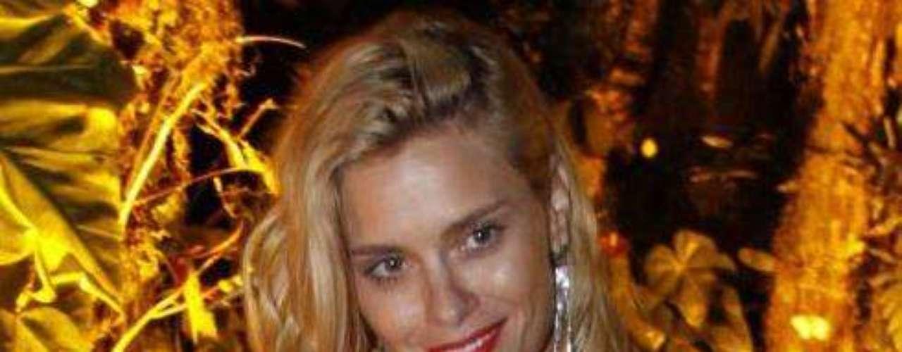 A atriz Carolina Dieckmann contou, durante um programa de TV exibido em 2010, que aumentou o volume dos seios. Na ocasião, ela disse que a mudança foi apenas para melhorar a aparência da região