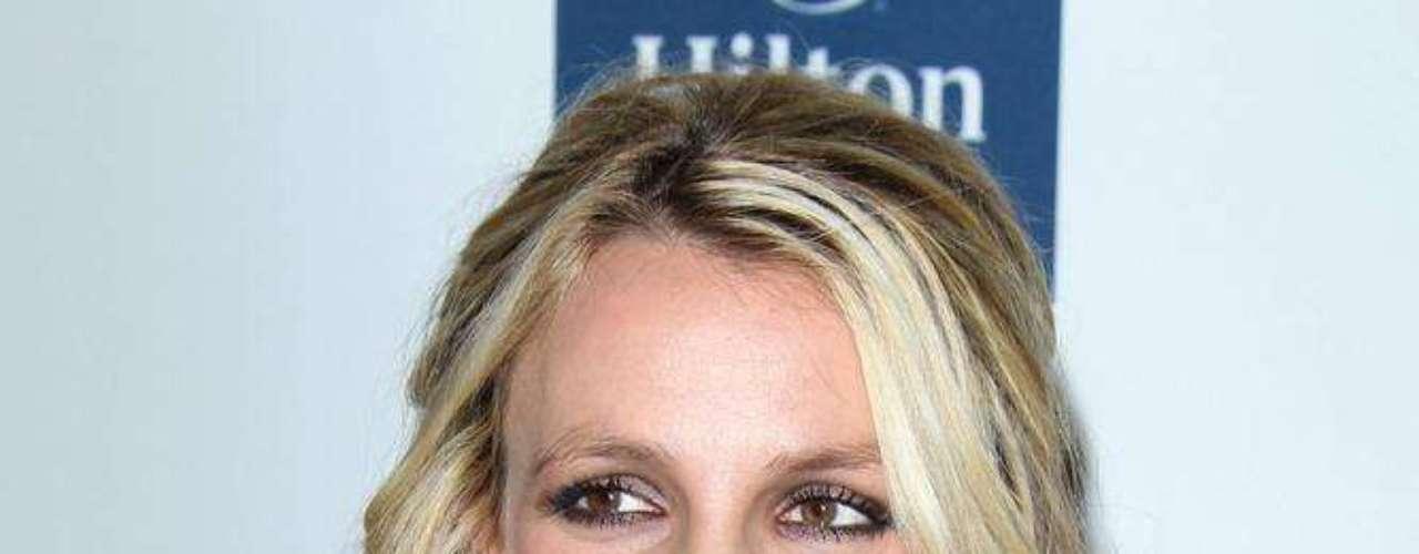 Em 2010, a imprensa mundial apontou que a princesinha do pop, Britney Spears, aderiu a novas próteses de silicone. De acordo com o site Awful Plastic Surgery, especializado em plásticas, a cantora aumentou o tamanho dos seios aos 17 anos