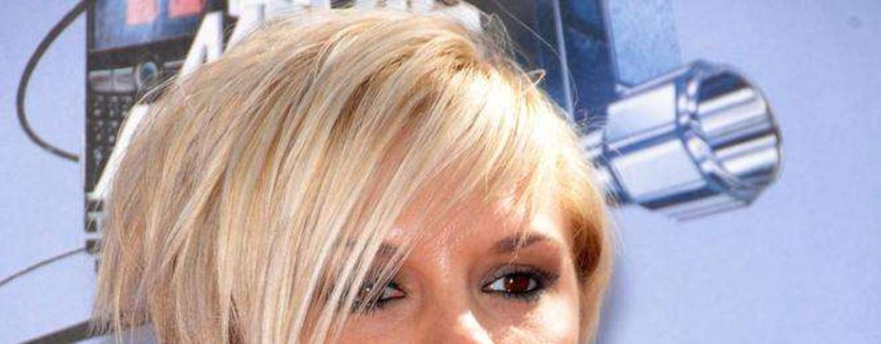 Desde que saiu do grupo Spice Girls, Victoria Beckham mudou radicalmente o visual e algumas regiões do corpo apenas para melhor. Para valorizar a região do colo, claro, a cantora recorreu ao silicone