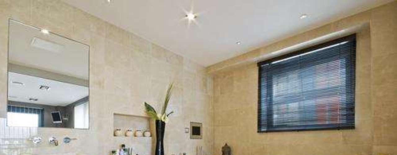 Também é possível instalar o televisor no banheiro, tomando os devidos cuidados com a umidade
