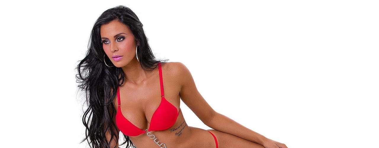 Durante o ensaio, Lorena fez topless e usou modelo fio dental
