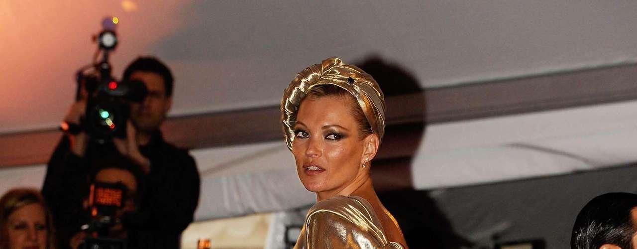A super top Kate Moss deixou à mostra uma estrelinha delicada, que fica localizada na parte interna do tornozelo