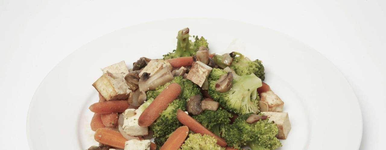 Já os vegetarianos exigem mais alterações. Ao invés das carnes é possível cozinhar o feijão com tofu, abóbora japonesa, chuchu, cenoura, lentilha e legumes diversos. Dependendo do caso também vale adicionar um caldo de galinha