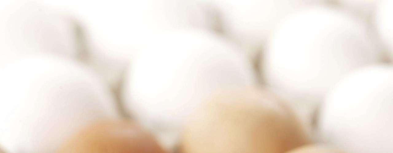 Além de ter como hábito uma alimentação equilibrada e exercícios físicos regulares, a Cosmopolitan elegeu doze alimentos que ajudam você a eliminar as toxinas do corpo, evitando o inchaço. Ovos: por serem ricos em proteína, o ovo ajuda a eliminar a água do corpo