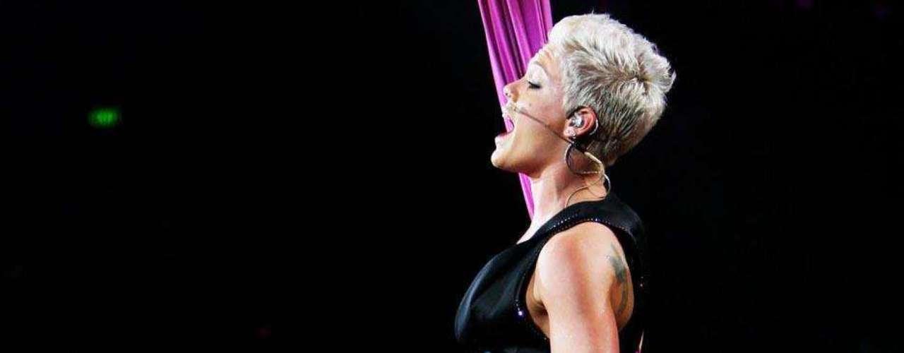 A cantora Pink escolheu a coxa para fazer uma grande tatuagem
