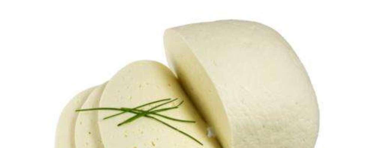 Queijo: alimentos a base de leite, ajudam você a não se sentir inchada. Enriqueça sanduíches com as versões mais magras