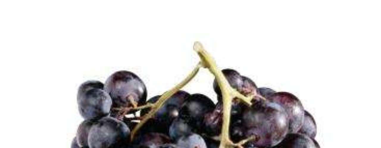 Uvas: além de satisfazer o desejo por doce, as uvas roxas podem reduzir a formação de gases e o inchaço