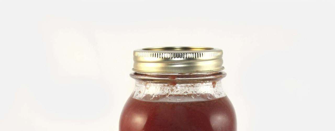 7. Molho de tomate - Os molhos industrializados levam muito açúcar, por isso costumam ser saborosos. Algumas marcas chegam ter 11g de açúcar em apenas ½ de molho. Então, fique atenta aos rótulos quando for as compras. A melhor opção é fazer um molho caseiro com tomate picado, azeite, alho e manjericão