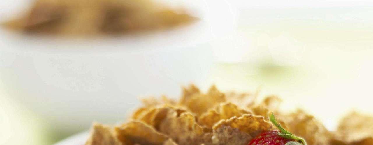 3. Cereal - Alguns cereais, especialmente aqueles voltados para o público infantil, são visivelmente açucarados e calóricos. No entanto, até os mais saudáveis não estão livres da comparação com guloseimas. Portanto, para não errar prefira versões mais naturais, sem açúcar. Incremente o lanche adicionando frutas