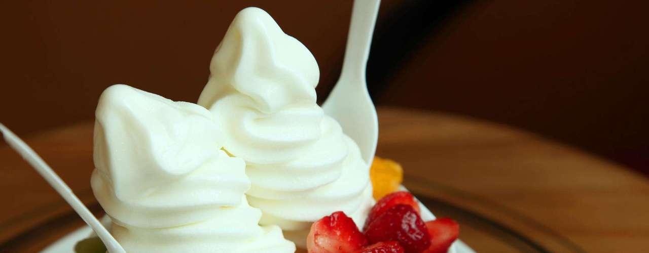 6. Frozen iogurte - Apesar de geralmente ser apresentado como uma sobremesa saudável, essa propaganda pode ser enganosa. Com isso a pessoa se serve com grandes quantidades de frozen iogurte e ainda capriche nas coberturas. Quando vai ver já consumiu as calorias de uma refeição, defende Dubost. Por isso, é melhor escolher sorvetes de baixa caloria ou apenas o frozen tradicional