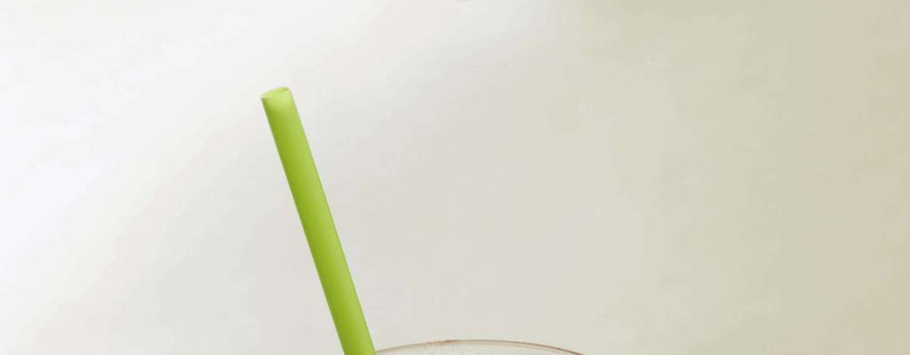 4. Smoothie - Apesar de ser uma bebida com frutas, o smoothie leva sorvete, sorbet ou frozen iogurte na mistura. Por isso, geralmente também incluí grandes quantidades de açúcar e calorias. Para saborear um smoothie saudável realmente prepare a bebida em sua casa. Assim, você consome os nutrientes das frutas sem adição de açúcar, defende Joy Dubost, porta-voz da Associação Americana de Diabetes