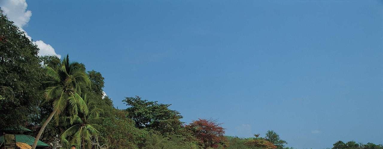 12. Koh Lipe, Tailândia - O litoral da Tailândia é conhecido por suas milhares de ilhas tropicais. Por isso, é um dos destinos preferidos de turistas do mundo inteiro que buscam garantia de sol e praia. A ilha de Koh Lipe é uma das mais bonitas do litoral tailandês, com tranquilidade sem igual em suas praias virgens no Mar de Andamão