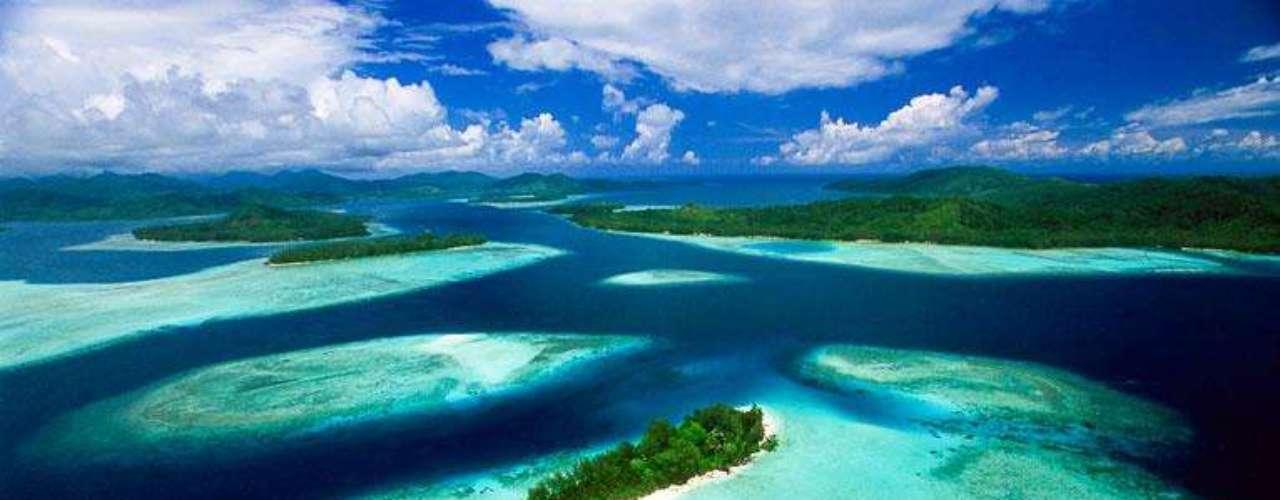 17. Ilhas Salomão - Pequeno território da Melanésia, composto por cerca de mil ilhas divididas em dois arquipélagos, as Ilhas Salomão fazem parte dos mais belos cartões-postais da Oceania.  Situadas ao leste de Papua Nova Guiné, elas possuem florestas tropicais, praias, e até barcos naufragados, o que torna o ponto um dos melhores locais do mundo para mergulhadores