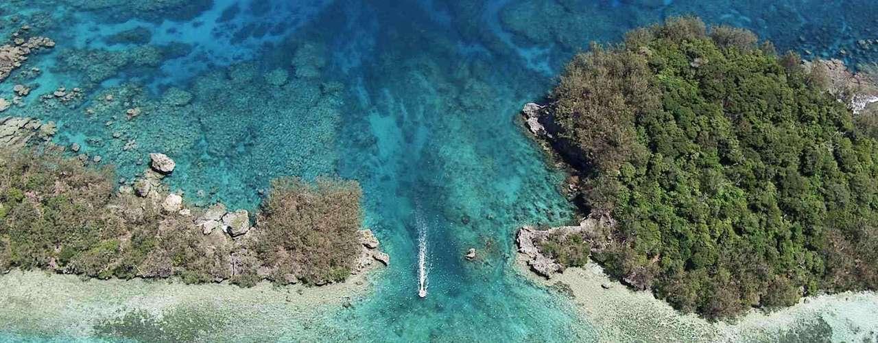24. Tonga - Situado na Oceania, entre a Nova-Zelândia e o Havaí, o arquipélago de Tonga tem mais de 176 ilhas espalhadas por uma área de cerca de 700 mil km².  Afastadas do mundo, as ilhas mantêm uma rica cultura local, com ilhas totalmente preservadas e lindas praias e florestas tropicais