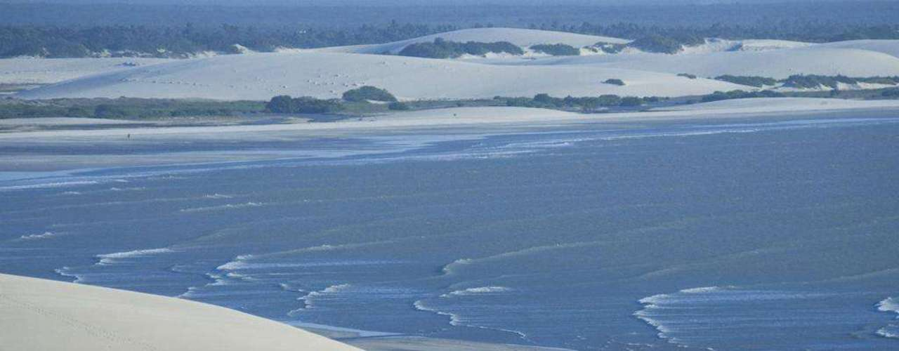 30. Jericoacoara, Brasil - Situada no litoral cearense, a 300 km de Fortaleza, a praia de Jericoacoara é uma das mais bonitas e românticas do nosso país. Belas dunas, lagoas cristalinas e um mar calmo formam parte das belas paisagens de Jeri, como é conhecida carinhosamente pelos frequentadores