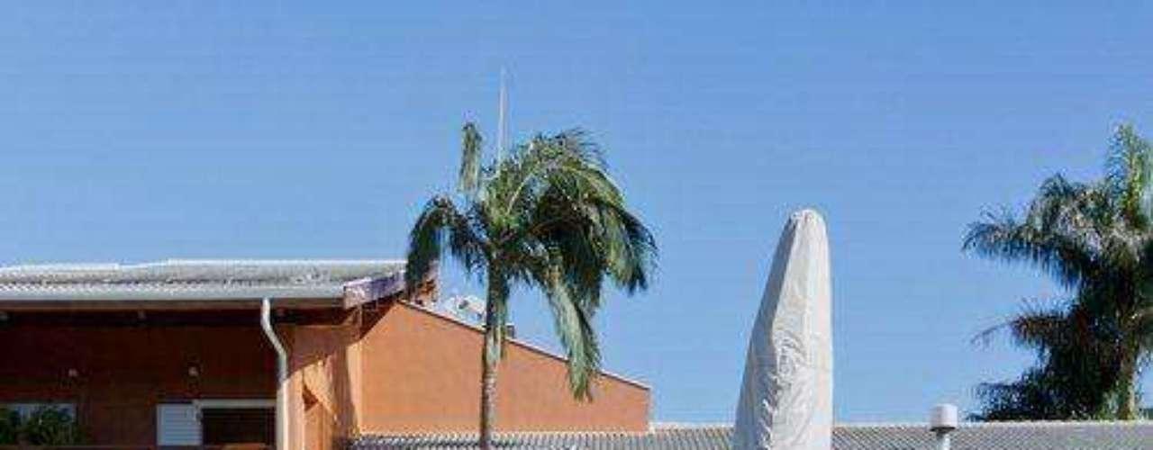 Na fachada, o efeito funciona e a cor dá uma cara tropical à residência