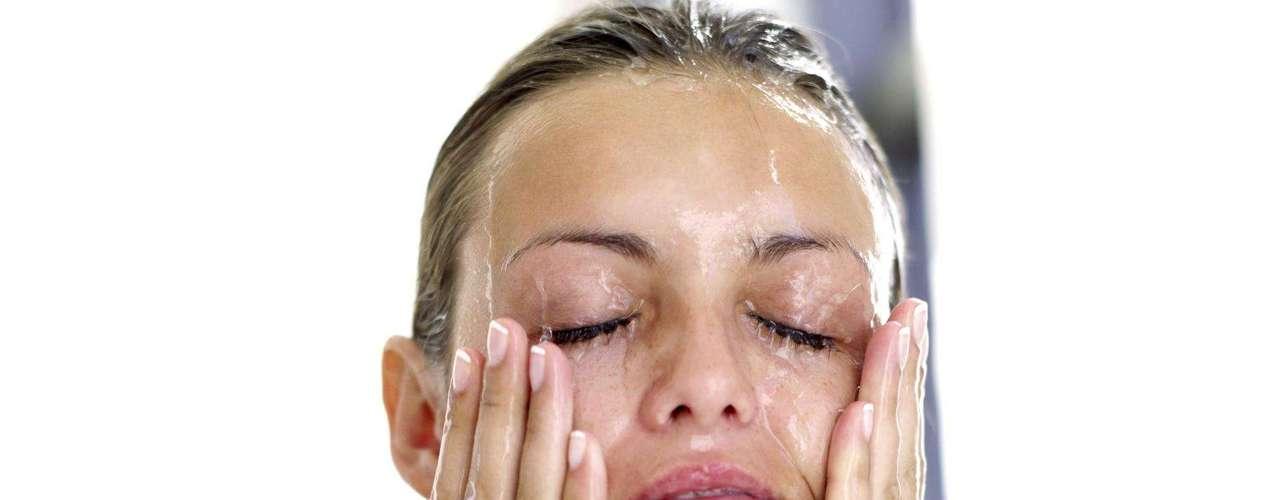 3. Limpe-se antes de dormir - É impossível ter uma pele boa se você dormir com maquiagem, na opinião da fundadora do Kinara Spa. Isso porque sua pele se renova à noite, momento ideal para receber cosméticos