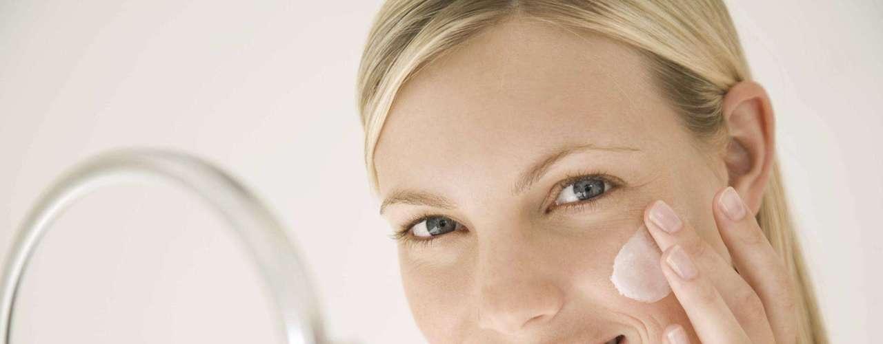 5. Invista no clareamento - Marcas escuras podem atrapalhar seu visual. Então, a saída é apostar em clareamento da pele. De acordo com dermatologista Jessica Wu, os famosos tendem a procurar por cosméticos com ingredientes naturais, como soja e cogumelo