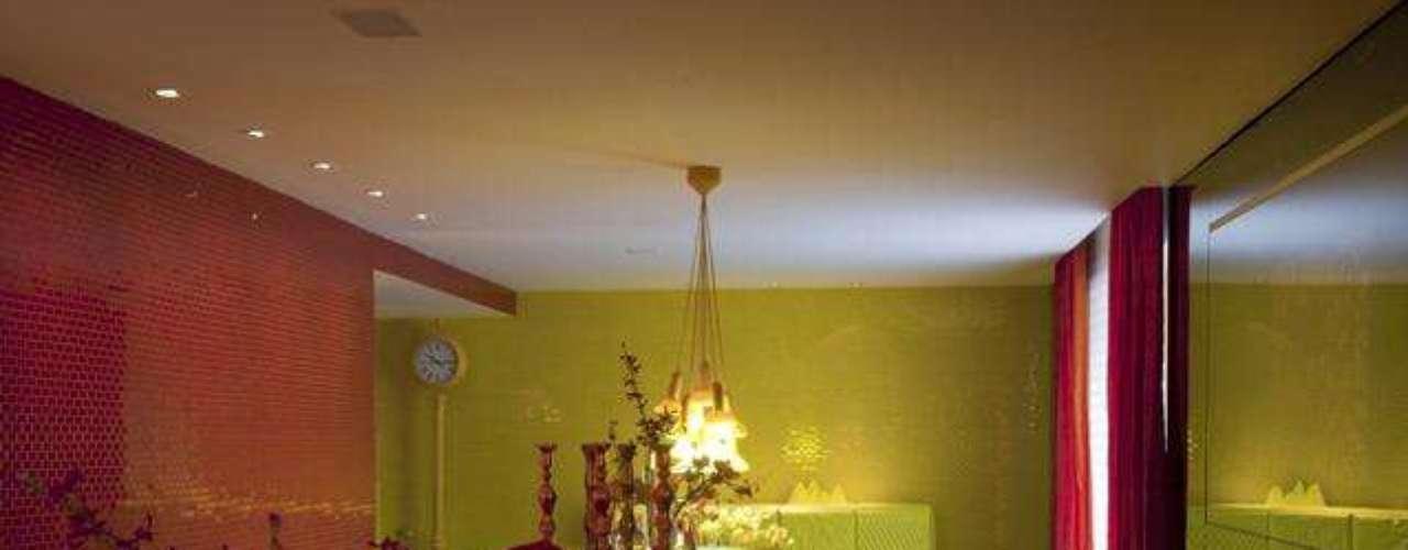 No projeto que Brunete Fraccaroli apresentou na Casa Cor 2012, edição de São Paulo, predominam as cores fortes, como o vermelho e o amarelo