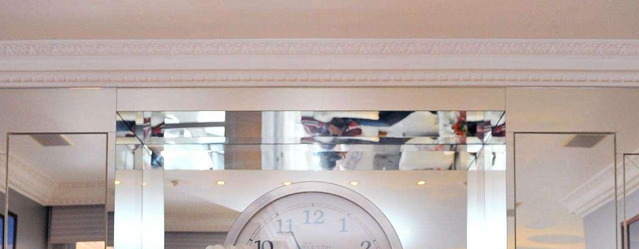 As cadeiras transparentes do designer francês Philippe Starck permitem ver parte da coleção de Barbies da arquiteta. As bonecas ficam guardadas, mas Brunete Fraccaroli escolheu algumas para mostrar à reportagem