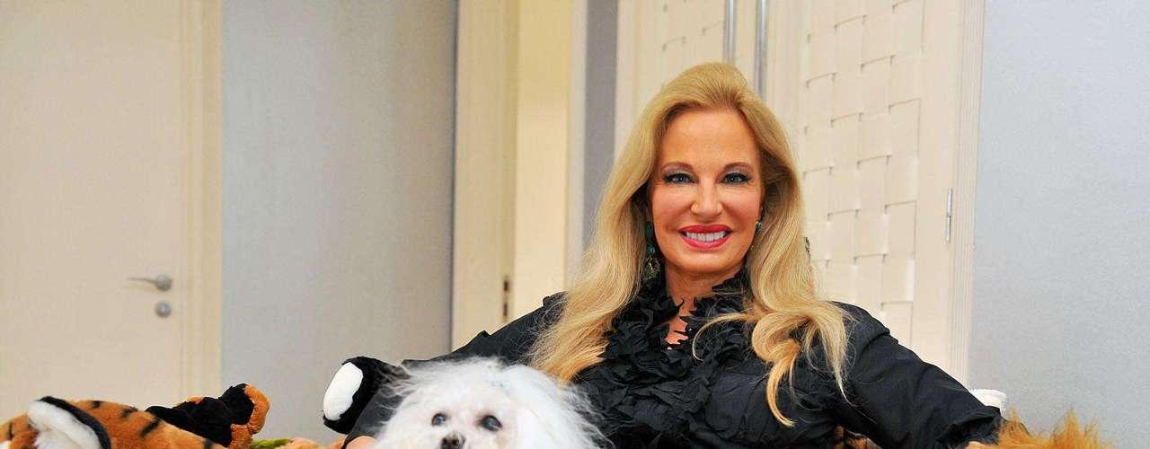 A arquiteta conta que sua inseparável cadela maltês Sissi adora se embrenhar no meio dos bichos de pelúcia que compõem a cadeira assinada pelos Irmãos Campana