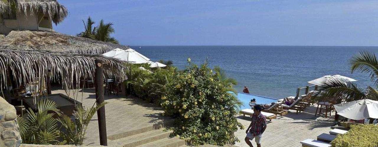 Mancora, Peru. Terceiro maior país da América do Sul, depois do Brasil e da Argentina, o Peru tem um grande litoral que vai desde sua fronteira com o Chile, ao sul, até a fronteira com o Equador, ao norte. E é no norte do país que se encontram as mais belas praias do Peru, com cenários tropicais, areias brancas e palmeiras ao fundo. A 187 km da cidade de Piura, Mancora é uma linda enseada com praias com clima bom durante todo o ano, pousadas e ondas perfeitas para os surfistas