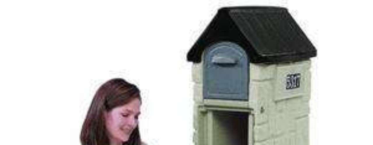Nesse modelo, a caixa em formato de casa serve para guardar as cartas e o pedestal, para revistas e jornais. Preço: 110 dólares