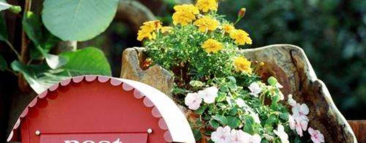 Associar a caixa postal a um vaso dá ainda mais destaque para a peça
