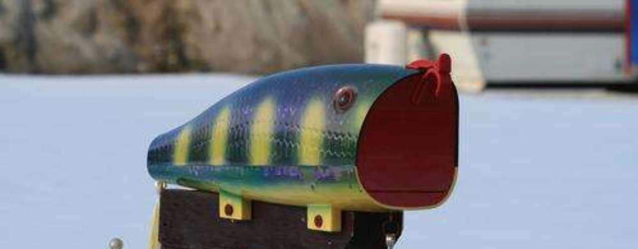 A caixa postal em forma de peixe é divertida e cai bem em casas de praia