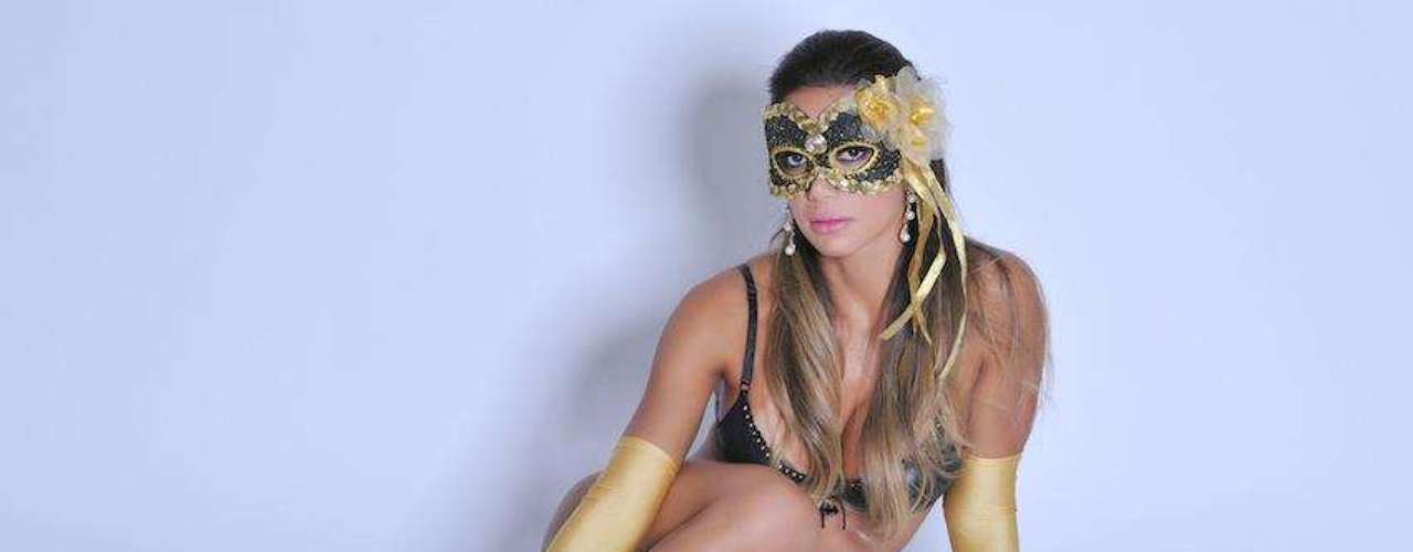 A modelo, que vai estrear no dia 3 de julho a nova temporada do programa Malícia ao lado da ex-bbb Fani Pacheco, aparece nas fotos de lingerie preta, meias douradas e uma máscara