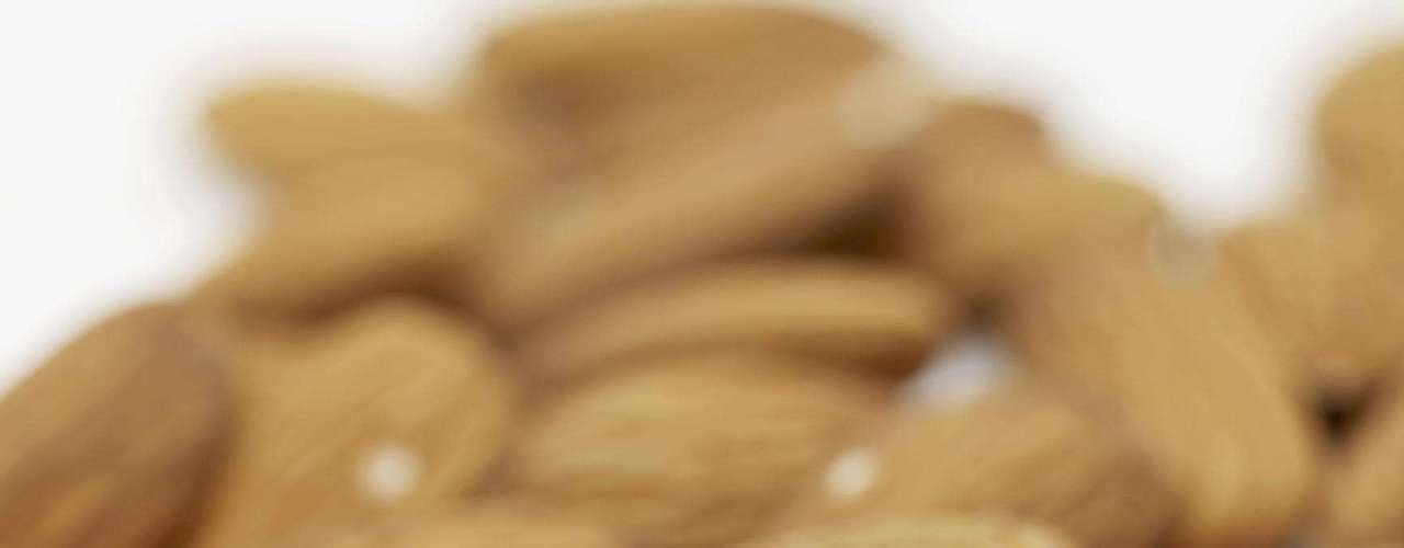 A amêndoa é o primeiro alimento da lista de inibidores naturais de apetite publicada pela revista 'Shape'. Ela é uma ótima fonte de antioxidantes, vitamina E e magnésio. Mas esses não são os únicos benefícios da amêndoa. Segundo estudo apresentado na Obesity Society Annual Scientific Metting, ela é capaz de aumentar a sensação de saciedade e ajuda a controlar o peso