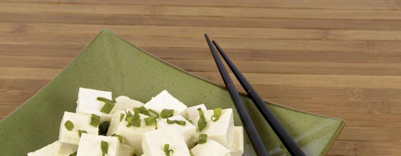 Tofu - Rica fonte de proteína vegetal, o tofu não é bom apenas para vegetarianos. Ele é risco em um composto chamado genisteína, que tem se mostrado eficiente para inibir o apetite e diminuir a ingestão de calorias. Por isso, vale adicionar o tofu em algumas de suas refeições
