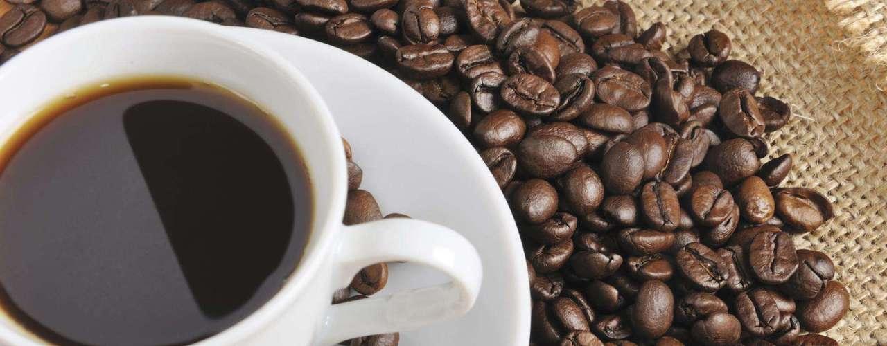 Café - Se consumido em excesso essa bebida pode deixá-la agitada e nervosa. Porém, o café em uma quantidade moderada, de uma ou duas xícaras por dia, pode acelerar o metabolismo e inibir o apetite. Isso acontece devido à cafeína e aos antioxidantes presentes na semente do café. Porém, o açúcar e o creme podem suspender esses efeitos positivos