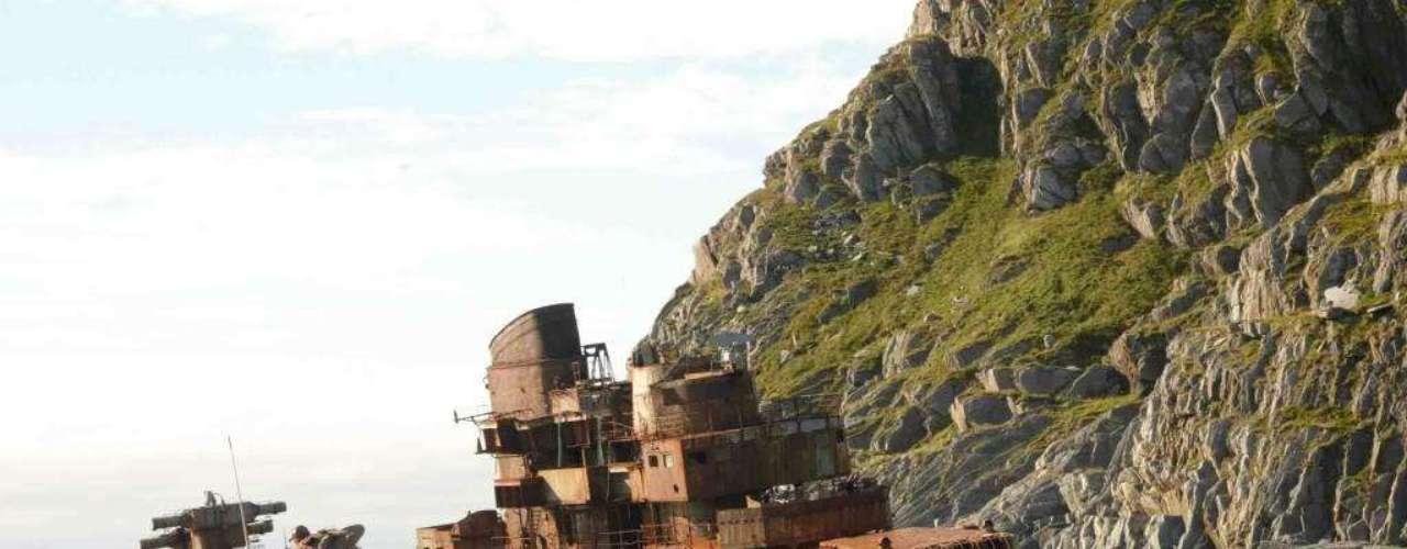 Murmansk, Noruega - O navio de guerra Muemansk encalhou em 1994. A embarcação militar russa de 200 metros de comprimento tornou-se um marco. O Muemansk tem um design especial, pois foi projetado para ser algo entre um navio de guerra e um submarino