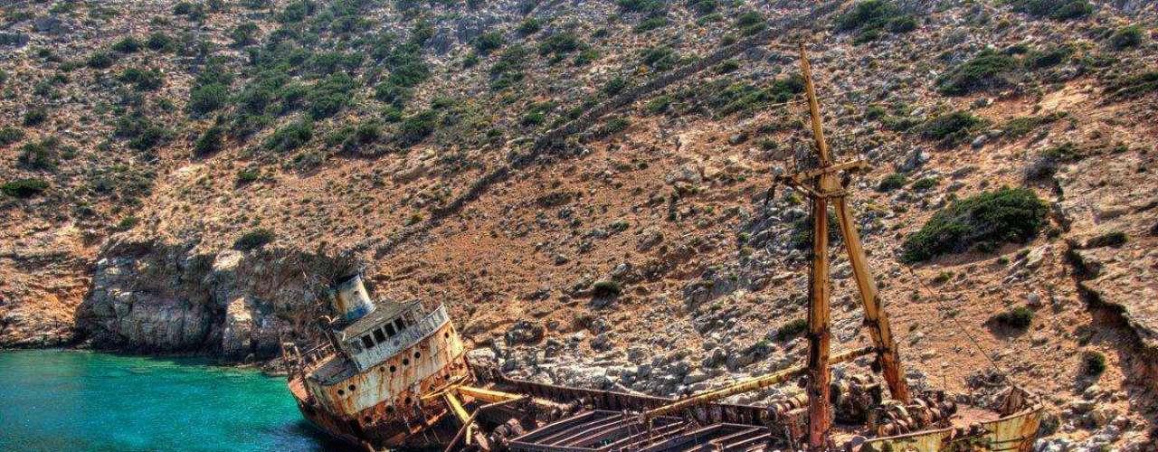Olympia, Grécia - Este naufrágio está localizado em uma pequena baía de Livero na ilha grega de Amorgos. O navio encalhou em 1979, vindo de Chipre, sem nenhuma vítima. Um rebocador chamado Matsas Star tentou sem sucesso puxar o Olympia para fora do golfo e desde então este naufrágio faz parte da história da ilha