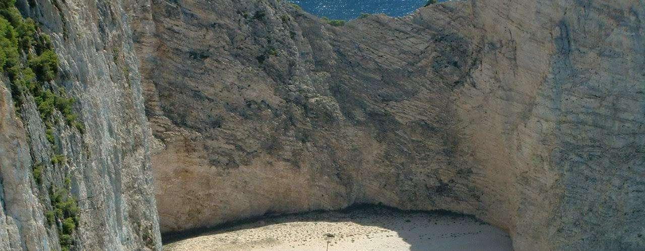 Panagiotis, Grécia - O Panagiotis está enterrado nas areias brancas de uma enseada na costa de Zakynthos (Zante), entre as Ilhas Jónicas da Grécia. O Navagio (Naufrágio), local onde o navio se encontra, é uma atração turística valorizada no lado noroeste da ilha, e recebe milhares de visitantes anualmente. O Panagiotis foi construído na Escócia em 1937 e, provavelmente, era utilizado no contrabando de cigarros. Seu naufrágio, em 1980, parece ter ocorrido durante perseguição da marinha grega