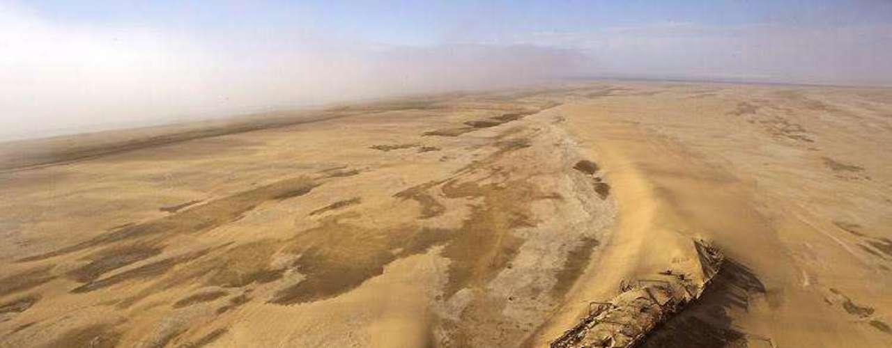 Eduard Bohlen, Namíbia - O Eduard Bohlen encalhou na costa da Namíbia Costa do em 05 de setembro de 1909. Atualmente, seu esqueleto está enterrado nas areias a mais de 400 metros do litoral. O navio de carga, que pesa 2.272 toneladas e tem 95 metros de comprimento, encalhou devido a uma neblina espessa e naufragou na baía da Conceição durante uma viagem de Swakopmund a Table Bay. Os locais dizem que o naufrágio simboliza a solidão da costa da Namíbia