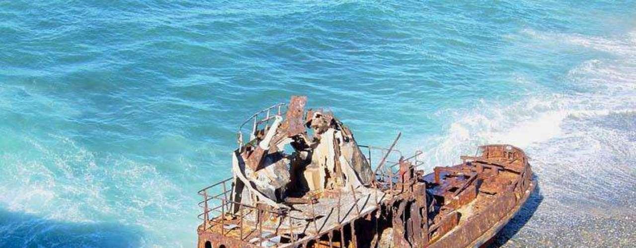 O rebocador de Vila Nova de Milfontes, Portugal - Esse navio rebocador encontra-se naufragado na bela praia de Vila Nova Milfontes. A população local afirma que o navio holandês, que era usado no contrabando de mercadorias, encalhou quando fugia da guarda costeira portuguesa