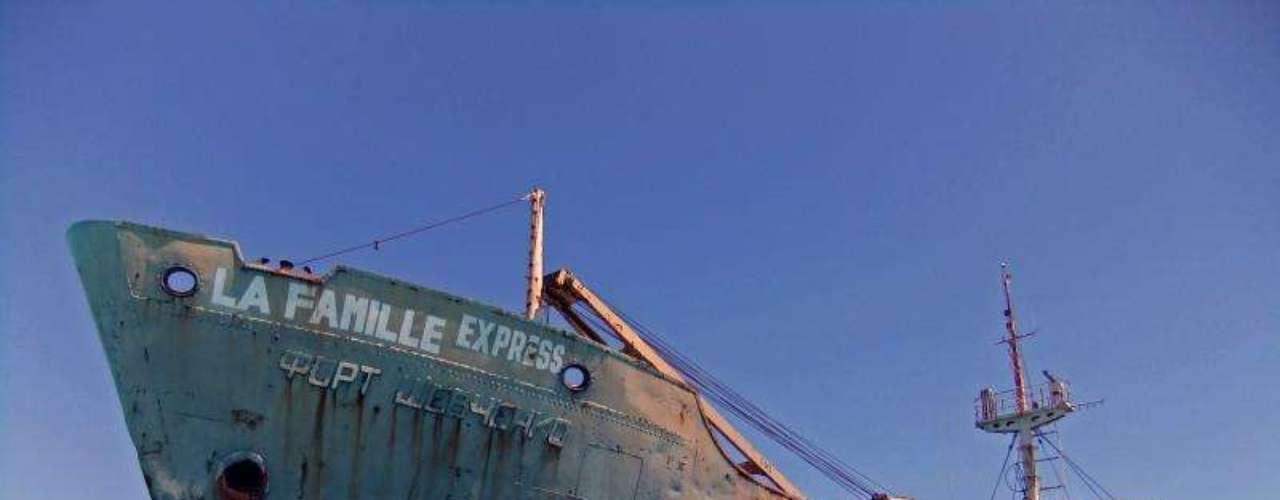 La Famille Express, Ilhas Turcas e Caicos - O La Famille Express é um barco muito enferrujada, que ficou preso em banco de areia na ilhas Turcas e Caicos há muito tempo. O navio está a cerca de 2 metros de profundidade e tem escadas improvisadas que permitem que os visitantes subam em seu casco