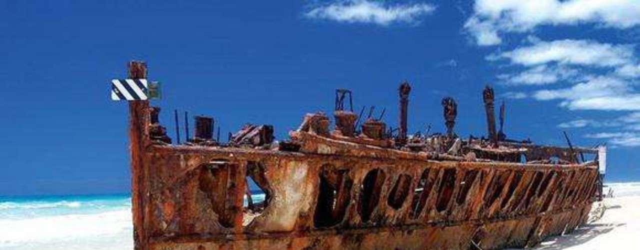 Maheno, Austrália - O Maheno é o mais famoso dos naufrágios Fraser Island e se tornou uma atração turística. Construído em 1905, ele foi uma das primeiras embarcações com turbinas vapor. O Maheno seguia uma rota regular entre Sydney e Auckland até ser requisitado para se tornar um navio-hospital na Europa, durante a Primeira Guerra. Em 1935, o navio foi vendido para o Japão como sucata, mas ele não chegou ao destino final. O Maheno naufragou nas Ilhas Fraser durante uma tempestade