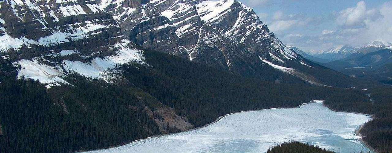 Parque Nacional de Banff, Canadá: a região das Rochosas Canadenses tem paisagens maravilhosas, com lagos cristalinos que refletem as montanhas,  as árvores e o céu azul intenso. Perto da cidade de Alberta, o Parque Nacional tem diferentes opções para curtir a natureza em família, como lindas trilhas, e lagos para passeios em caiaque e bote