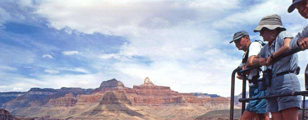 Grand Canyon, Estados Unidos: o estado do Arizona, no sudoeste dos Estados Unidos, guarda uma das maiores maravilhas da natureza. O Grand Canyon, situado numa área protegida de quase 5 000 km², estende-se por mais de 450 km, atingindo até 2 000 metros de profundidade e uma largura de até 30 km