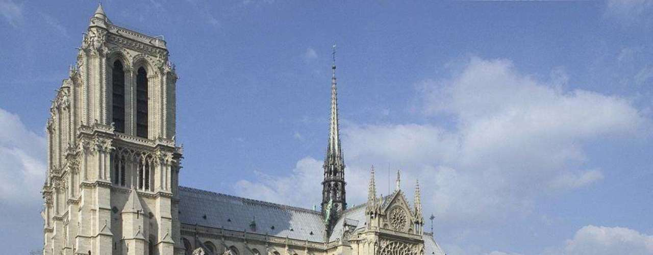 Paris, França: muitos vêem Paris como um destino romântico para casais, mas a capital francesa também pode ser ótima para crianças. Paris tem áreas verdes, museus, e parques temáticos como Disneyland Paris e o Parque Astérix para os mais novos, e os adultos podem aproveitar lojas, monumentos, e as delícias gastronômicas da França