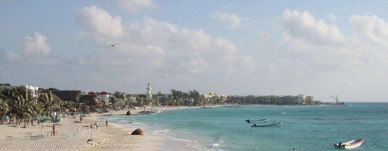 Playa del Carmen, México: a 65 km de Cancún, Playa del Carmen é um destino charmoso da Riviera Maia, com praias tão belas quanto a da famosa estação balneária mexicana, muitas opções de resorts e um numero menor de turistas. Reputada por suas incríveis praias de areia branca propícias para surfe, mergulho e outras atividades, Playa del Carmen soube conservar ares de seu passado de vilarejo de pescadores