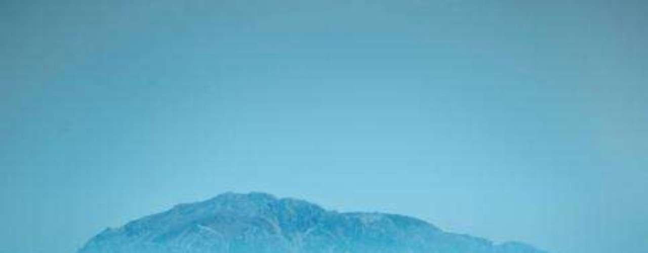 Tarifa, Espanha:  pequena cidade do extremo sul da Espanha, no estreito de Gibraltar e a apenas 14 km do continente africano, Tarifa tem belas praias, muito sol e arquitetura herdada da época em que a Espanha foi conquistada pelos Árabes. Relaxar sob o sol, praticar esportes náuticos como kitesurf e degustar as deliciosa gastronomia espanhola são algumas das atividades que esperam os visitantes que passam alguns dias em Tarifa