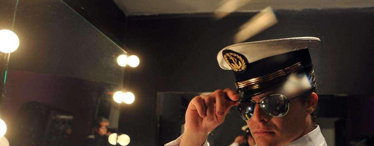 Clube das Mulheres comemorou 22 anos nesta quinta-feira (22). No palco, surgiram homens fantasiados como operário e marinheiro (foto), prontos para seduzir as mulheres da plateia