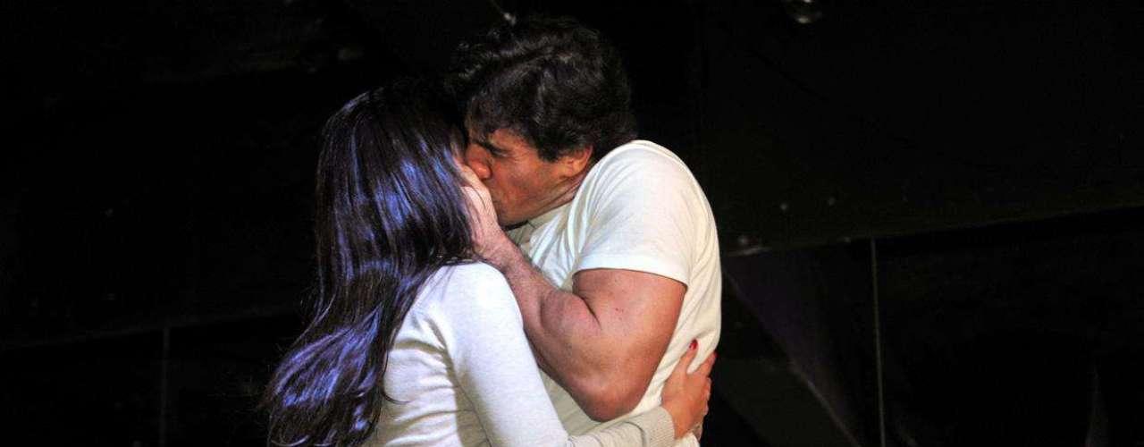 No palco do Clube das Mulheres, mulheres são seduzidas e até beijadas