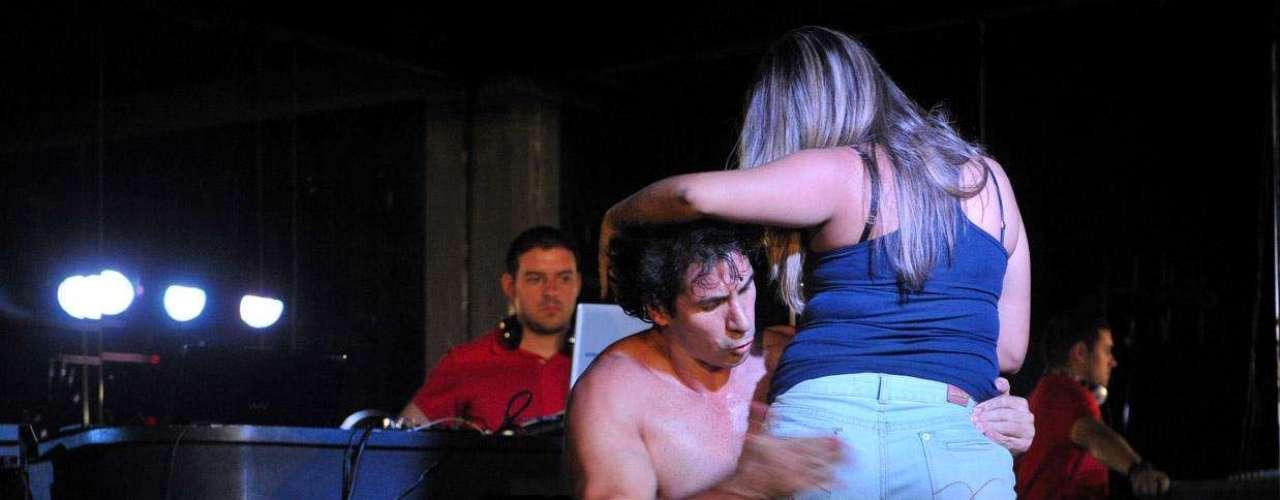 Na brincadeira, mulher recebe tapa no bumbum no palco do Clube das Mulheres