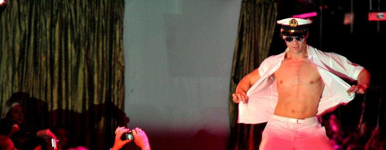 Dançarinos tiram a roupa aos gritos da mulherada no aniversário do Clube das Mulheres
