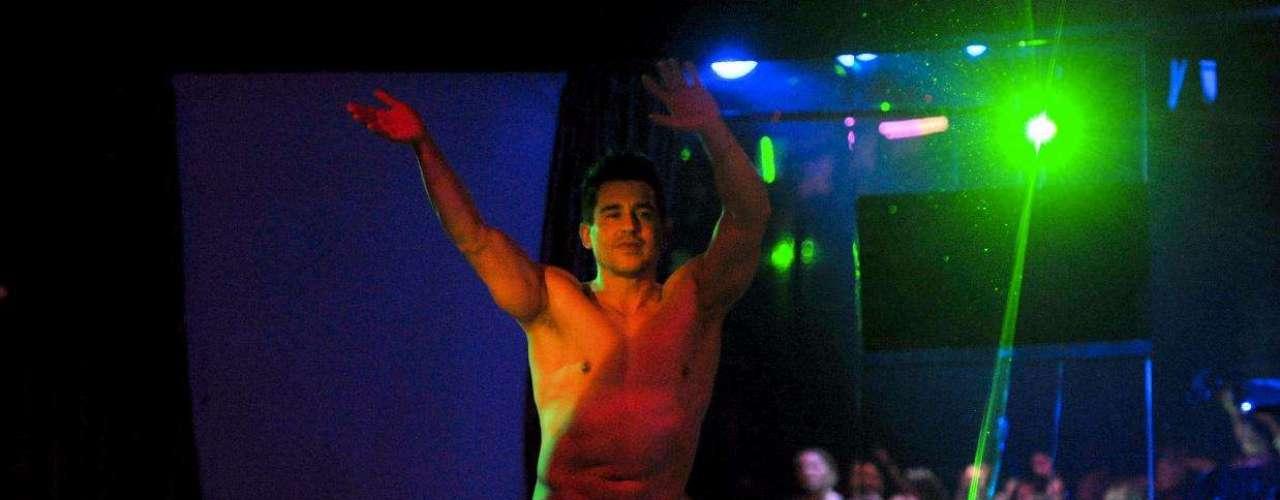 Dançarinos ficam só de sunga no palco do Clube das Mulheres